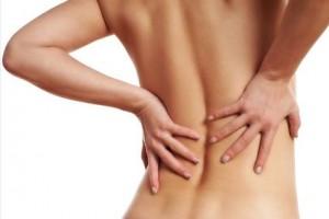 Frau mit Rückenbeschwerden in der Frühschwangerschaft